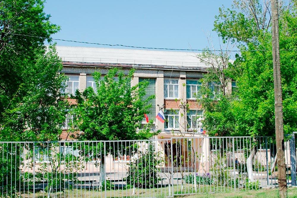 Это школа, в которой я училась. Она находится в Советском районе, и почти все муниципальные волгоградские школы выглядят так