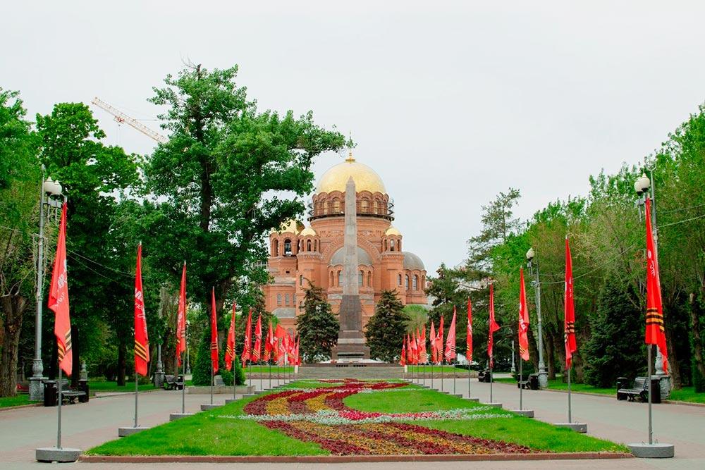 Это площадь Павших Борцов, впереди Вечный огонь и Пост № 1, у которого дежурят школьники
