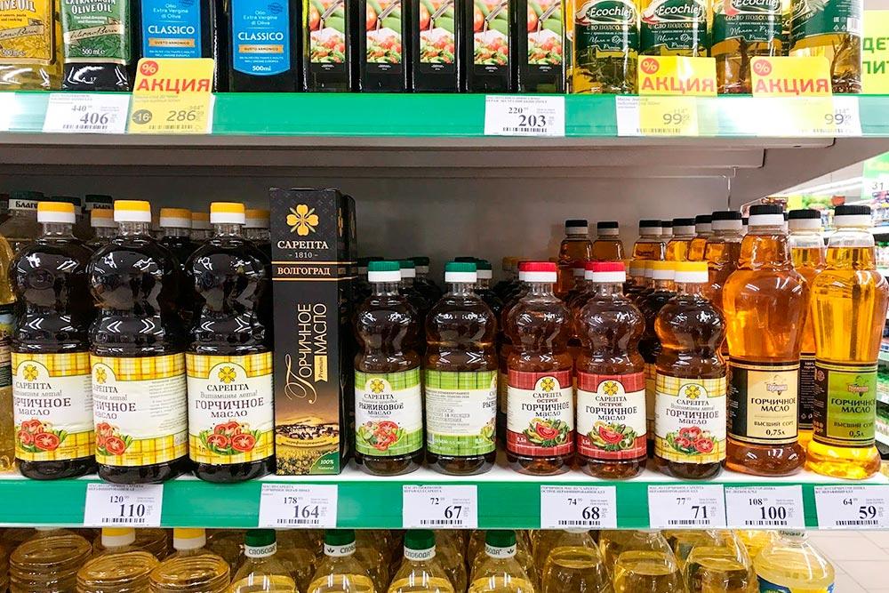 Сарептское масло бывает нескольких видов: обычное горчичное, горчичное острое или премиум, а также рыжиковое — его делают из растения рыжика, добавляя эфирное горчичное масло. Рыжиковое масло тоже бывает двух видов: обычное и премиум