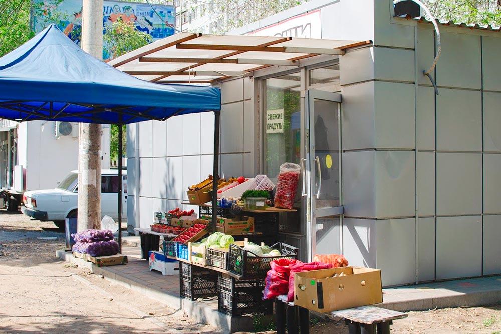 На улицах города можно встретить такие небольшие лавки с фруктами и овощами
