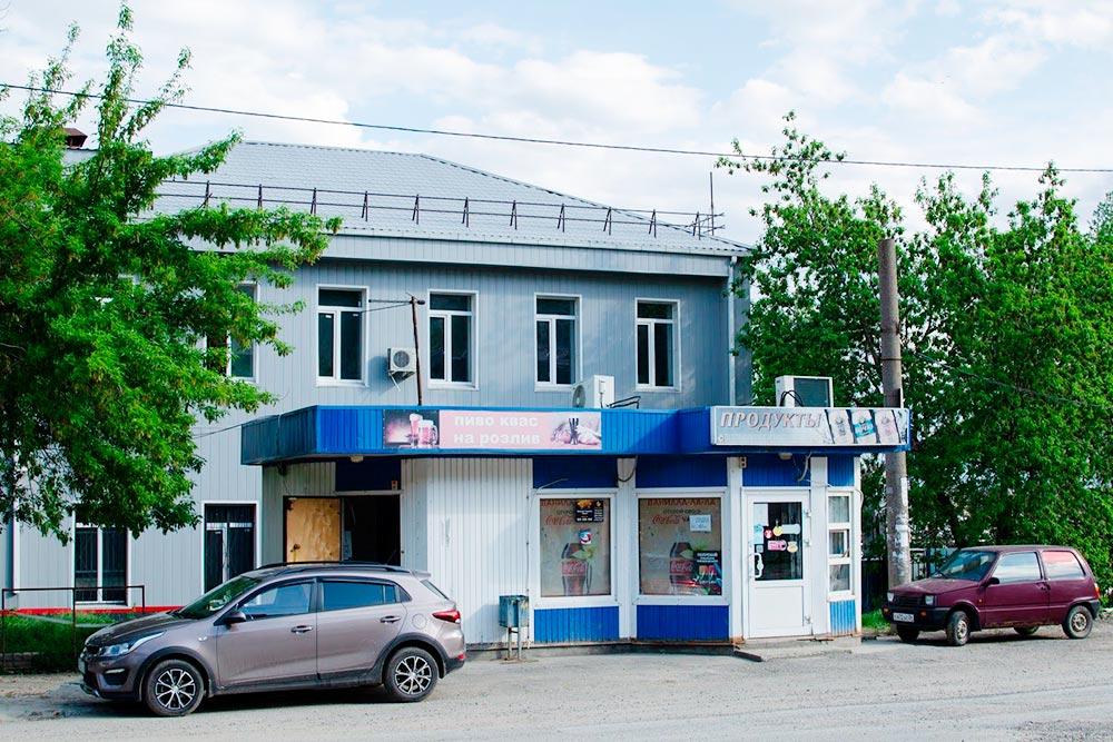 Кроме больших сетевых в Волгограде есть и такие маленькие магазинчики с продуктами. Особенно много их в спальных районах