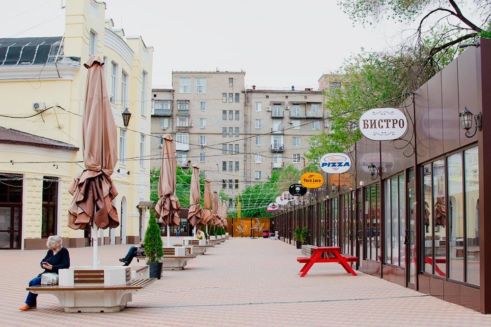 Территория Центрального рынка: справа кафешки и магазинчики, слева в желтом здании несколько баров