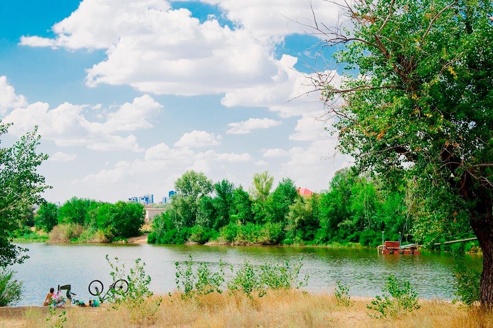 Волгоградский затон на левом берегу Волги. Рядом находятся дачи. Доехать сюда на машине можно за 30 минут