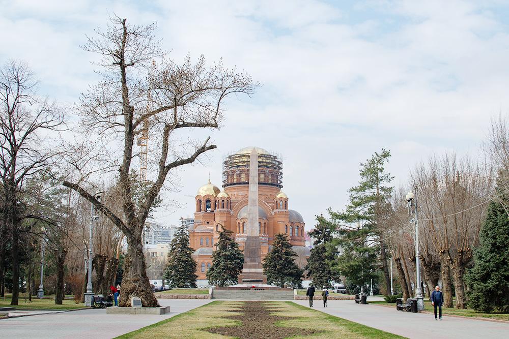 В парке, где расположен Пост №1, есть братская могила, 26-метровый монумент в память о солдатах, погибших во время Сталинградской битвы, и строящийся Александро-Невский собор