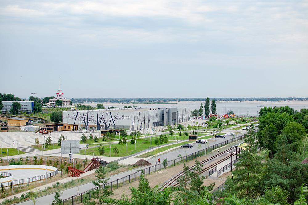 Вид напарк. Белое прямоугольное здание посередине парка— это музей, слева расположен ресторан «Маяк», азапарком— Волга