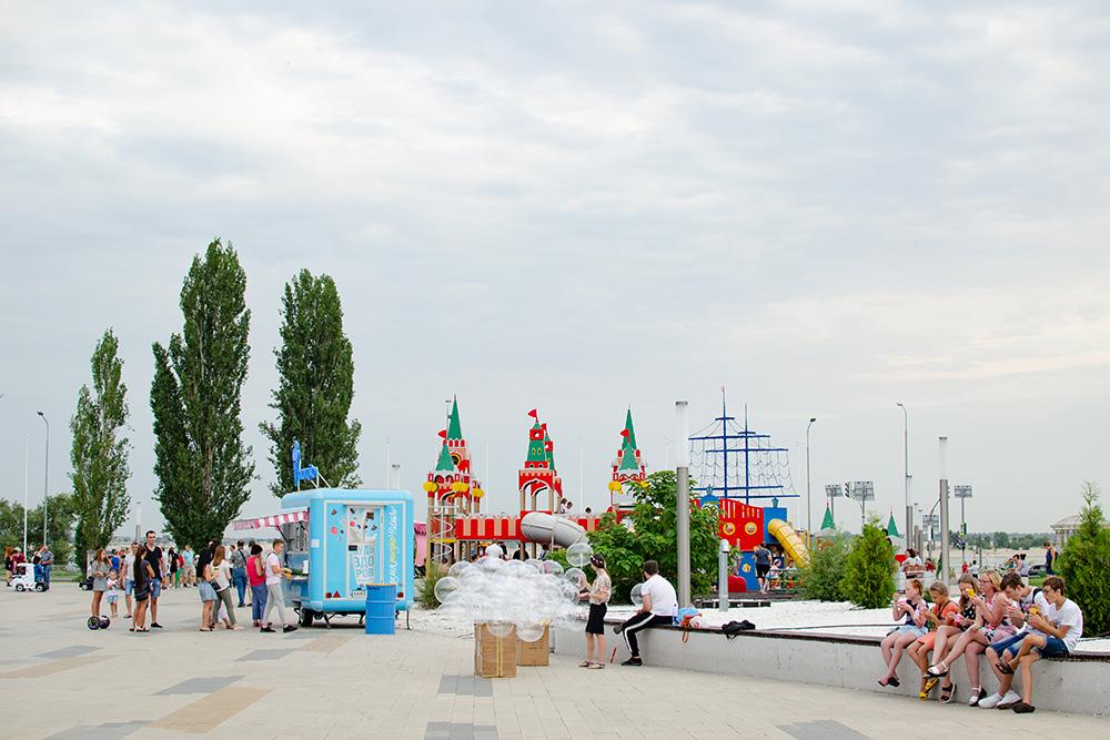 Впарке есть две детские зоны имного дополнительных развлечений. Можно съесть сладкую вату, прокатиться напони или детской машинке