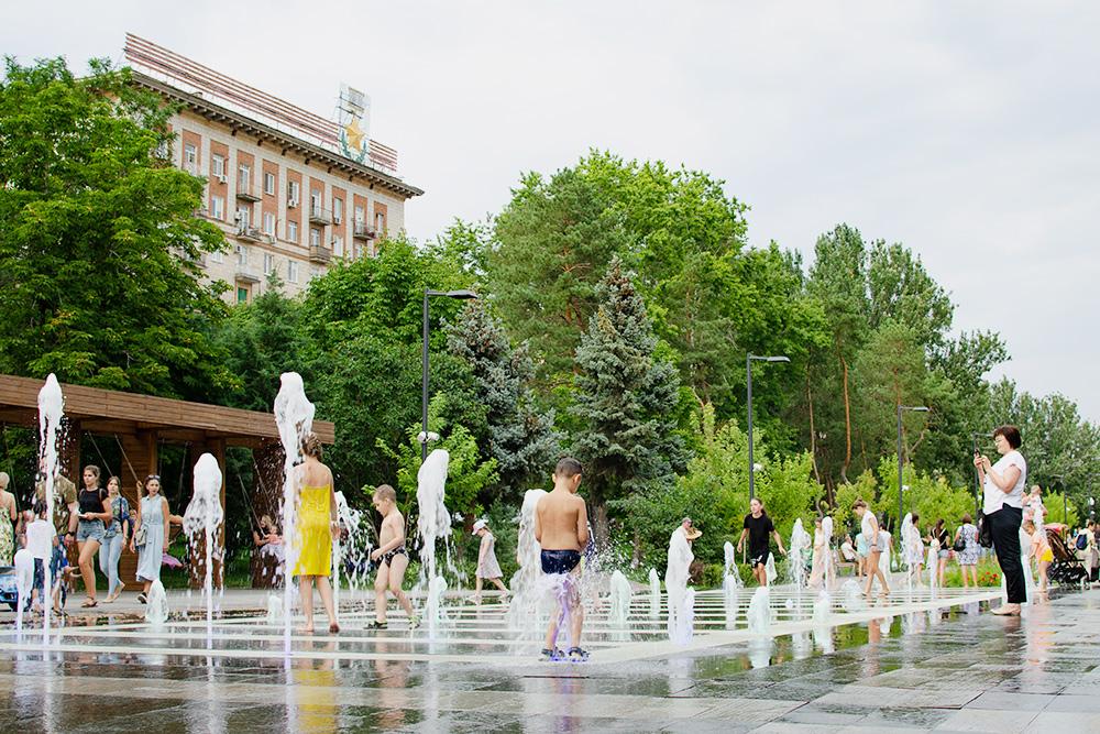 Этот фонтан построили недавно, летом волгоградские дети всегда играют внем икачаются накачелях неподалеку