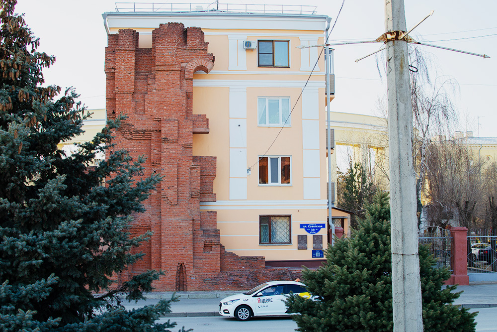 На стене есть послевоенные надписи: «В этом доме слились воедино подвиг ратный и трудовой» и «Отстроим тебя, родной Сталинград»