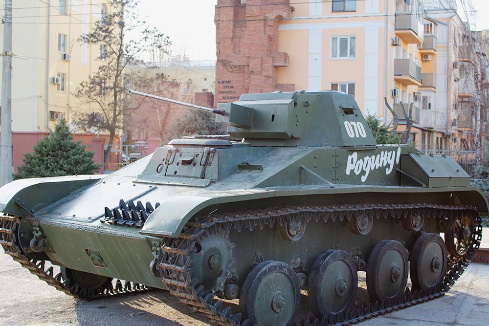 На территории музейного комплекса есть выставка военной техники — не только советской, но и немецкой