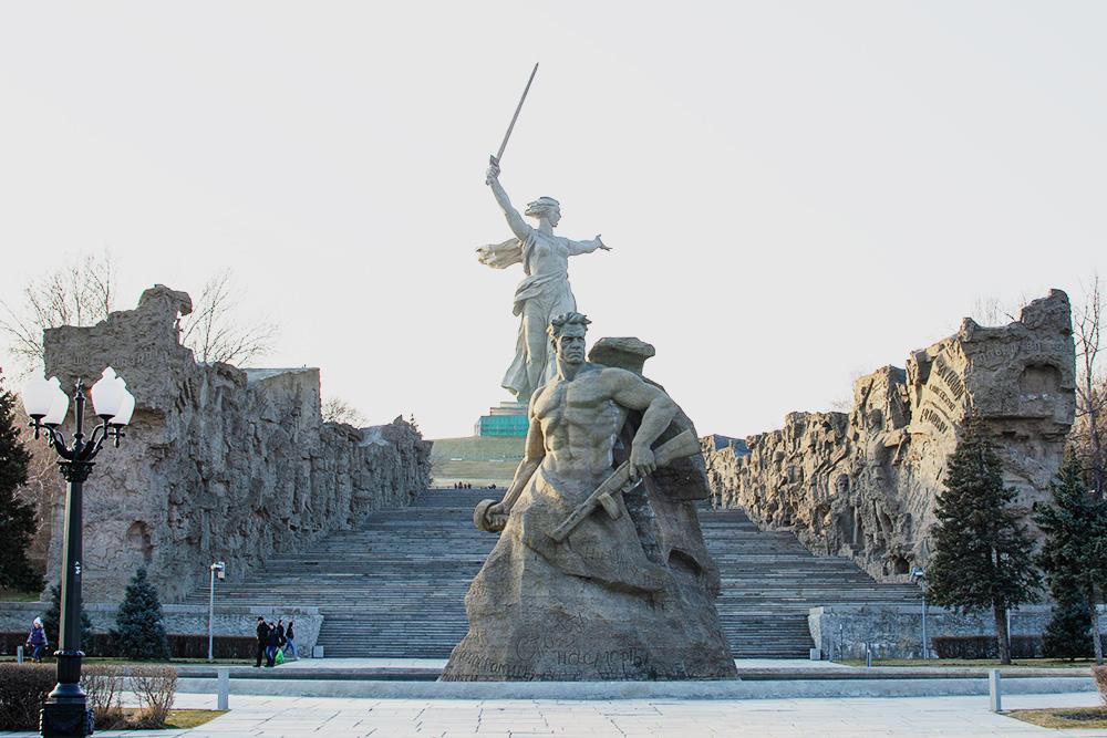 Главный скульптор всех композиций наМамаевом кургане— Е.В.Вучетич. Сами скульптуры выполнены изжелезобетона