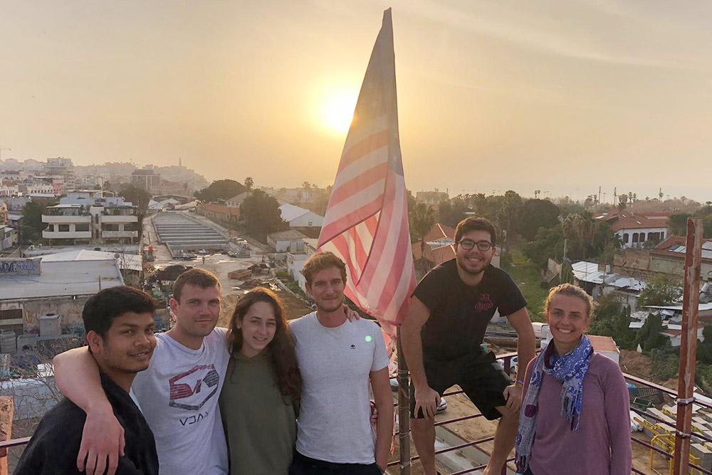 Волонтеры из США, Германии и Австралии на крыше нашего хостела