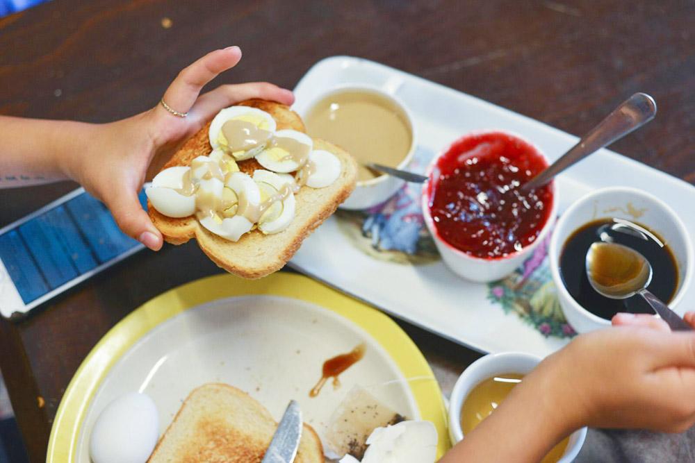 Завтрак в хостеле: тосты, яйца, арахисовая паста и джемы