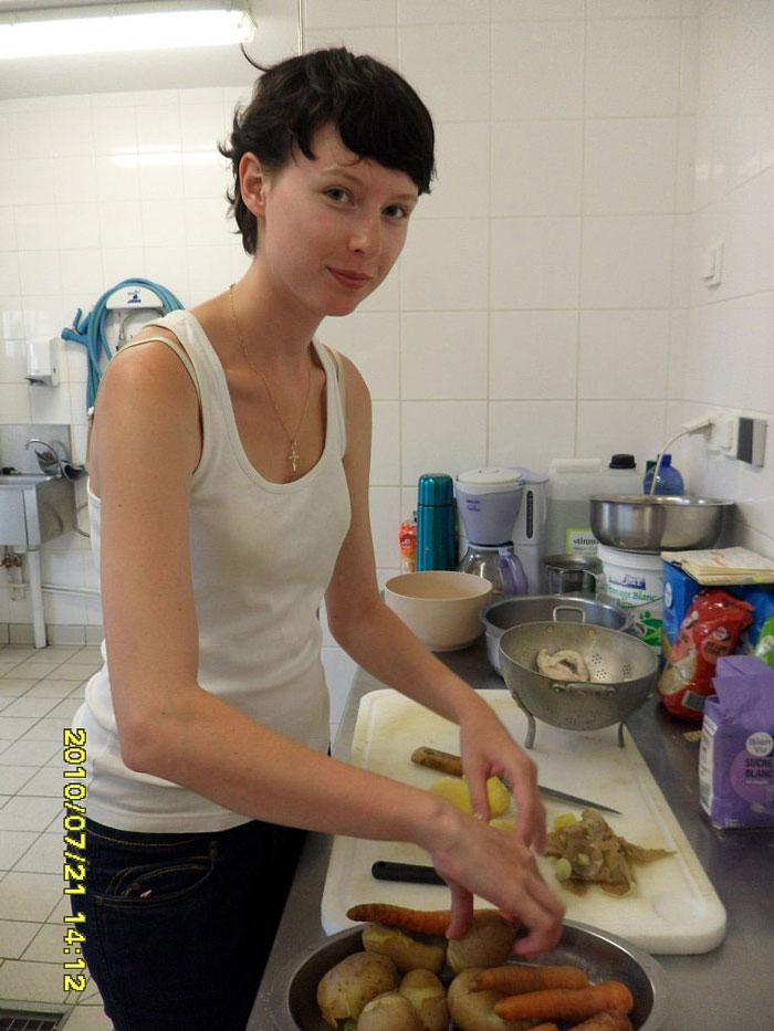 Я на школьной кухне. Готовлю оливье к интернациональной вечеринке, которую мы устроили для жителей деревни