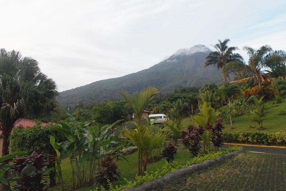 Обычный пейзаж в Коста-Рике: джунгли на фоне одного из главных вулканов страны — Ареналя