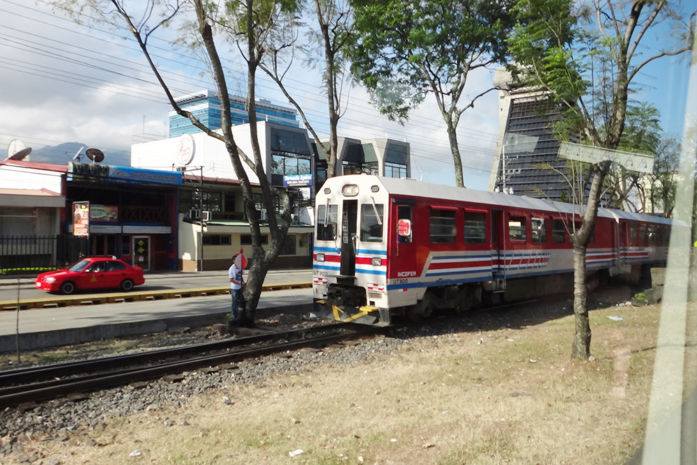 Добраться до Эсказу можно на поезде Interurbano, который идет по маршруту Белен — Павас — Курридабат