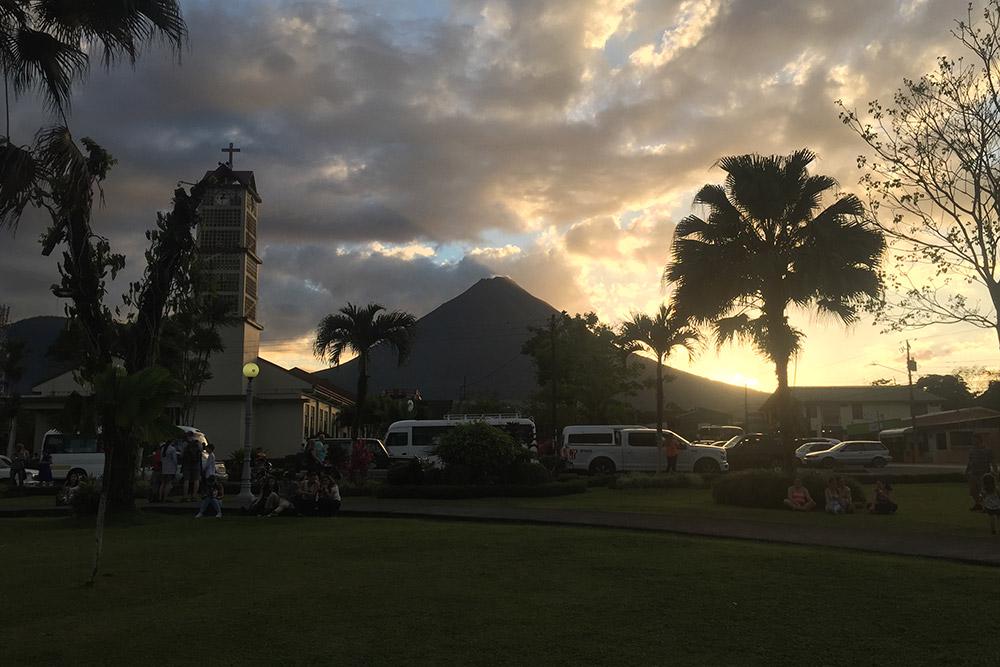 На закате вулкан Ареналь выглядит особенно впечатляюще