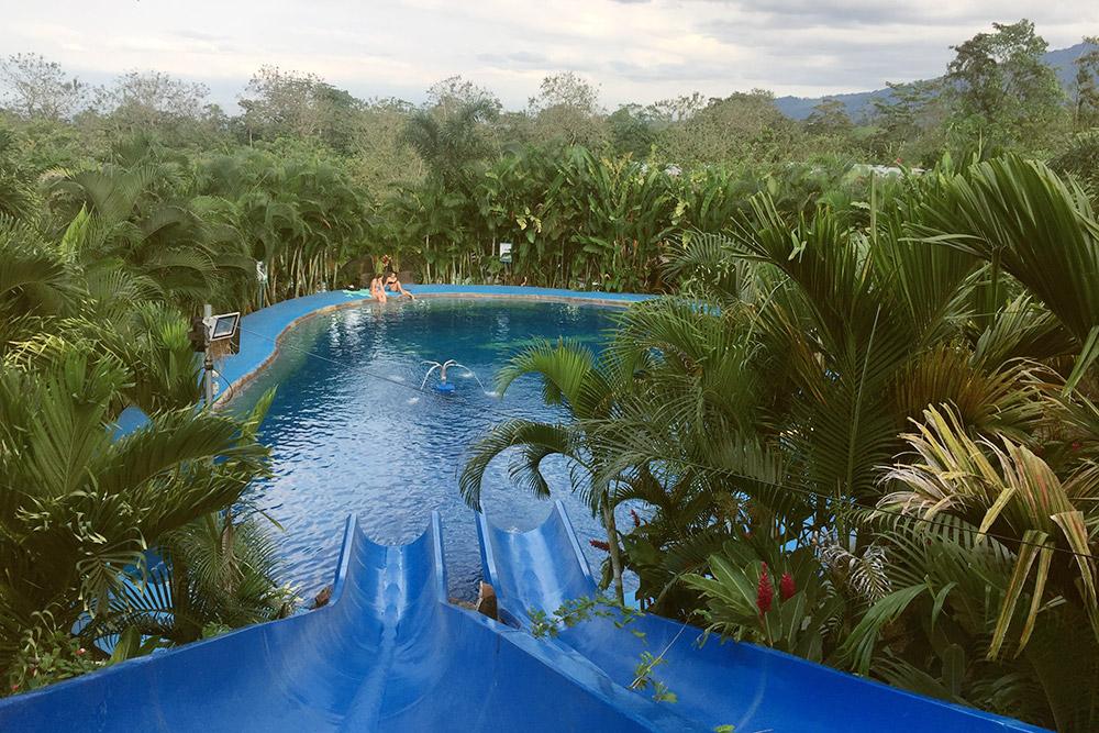 Источники Termalitas del Arenal утопают в зелени, здесь есть небольшая горка, как в аквапарке
