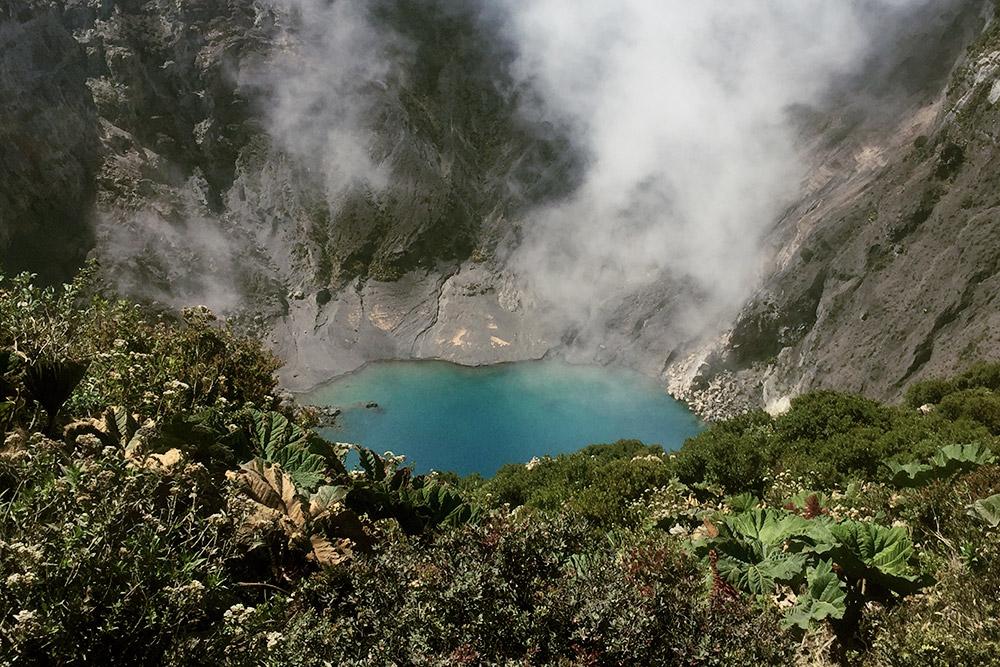 Главный кратер вулкана Ирасу