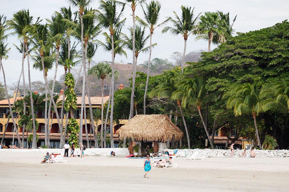 На городском пляже в Кончале белый песок и кипит жизнь