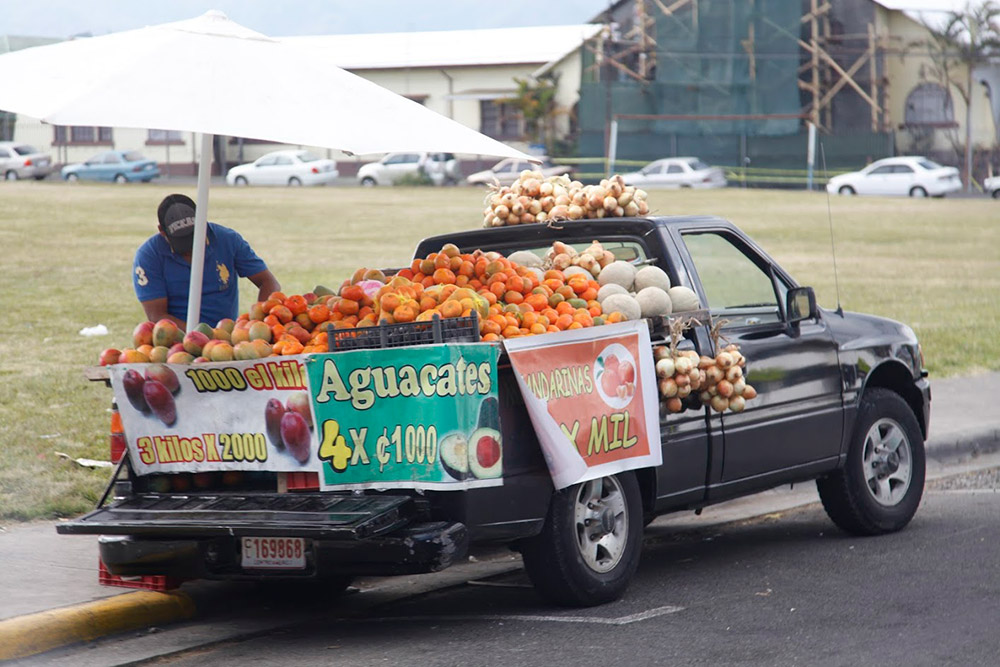 За 120 р. можно купить килограмм манго, четыре авокадо или пятнадцать мандаринов