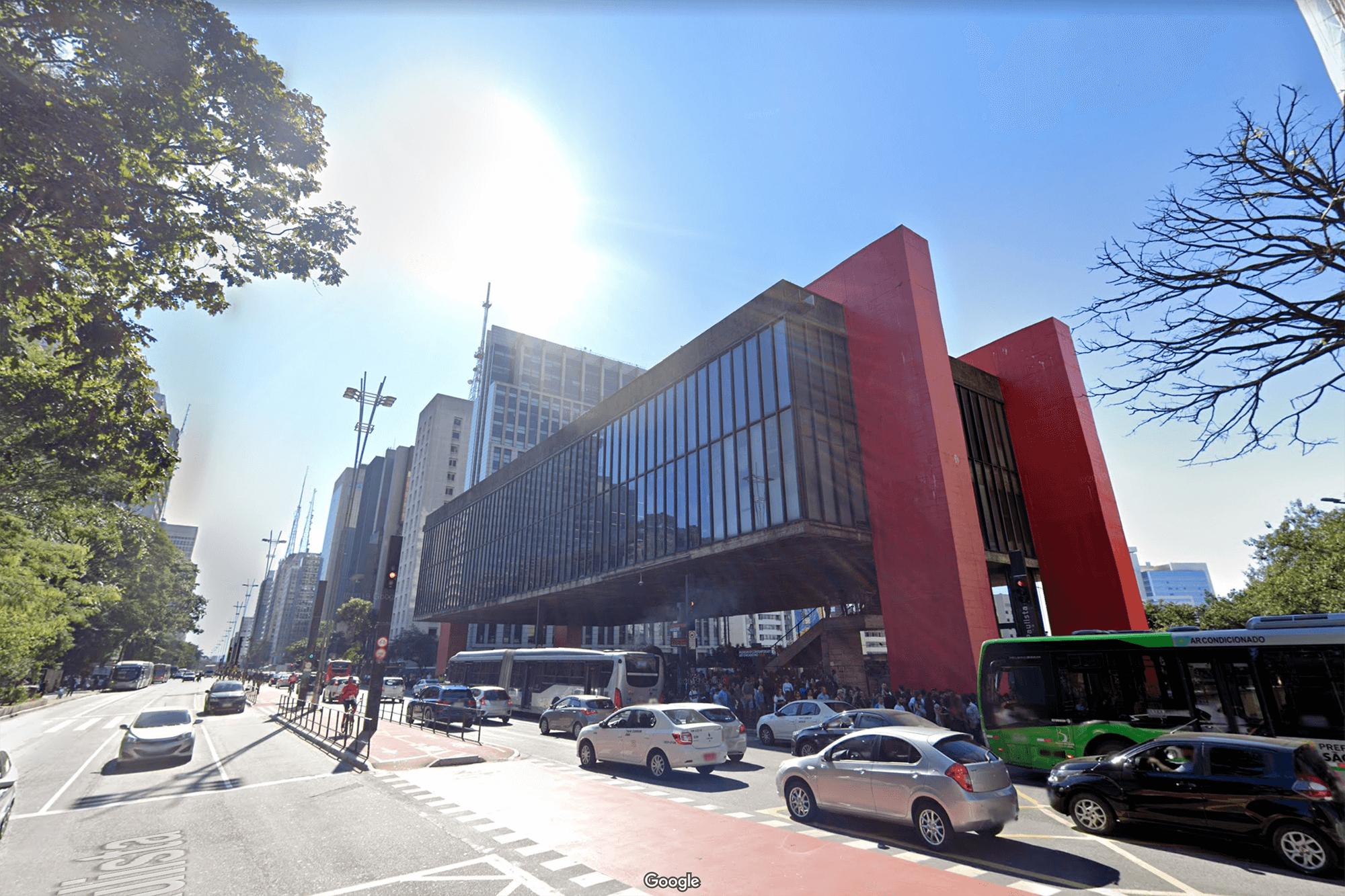 Здание музея MASP — само по себе произведение искусства. Как и его экспонаты, оно «парит» в воздухе