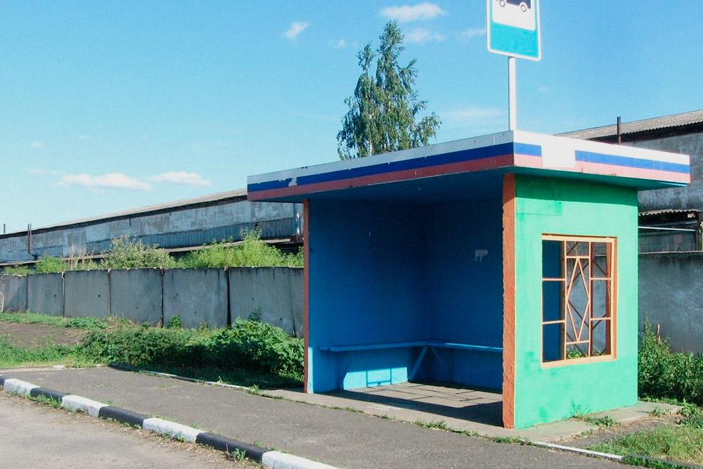 Автобусная остановка — это место, где объявления читают все пассажиры