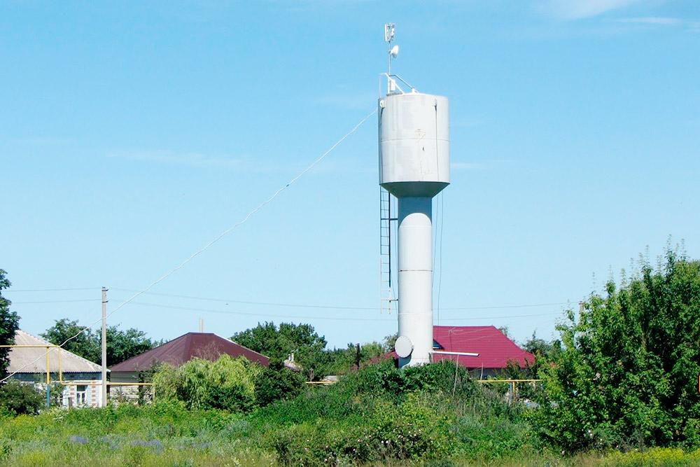Передающее оборудование устанавливали на самых высоких сооружениях, например водонапорных башнях, по согласованию с ответственными организациями
