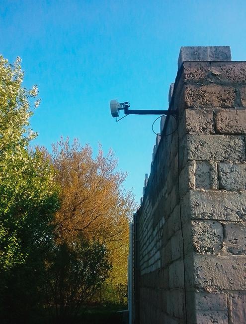 Маленькая приемная антенна направлена в сторону передающей станции от ИТ-провайдера. От нее провод проходит в дом дляподключения к компьютеру или роутеру