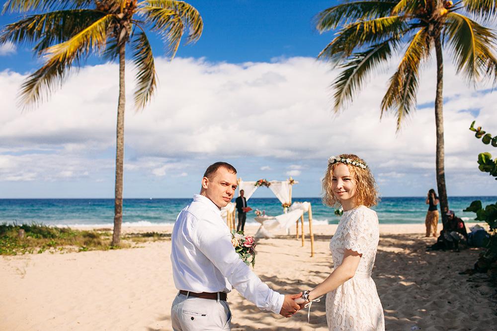 На пляжах отелей свадебные церемонии часто проходят рядом с отдыхающими в купальниках. А на нашем пляже были только мы и организаторы