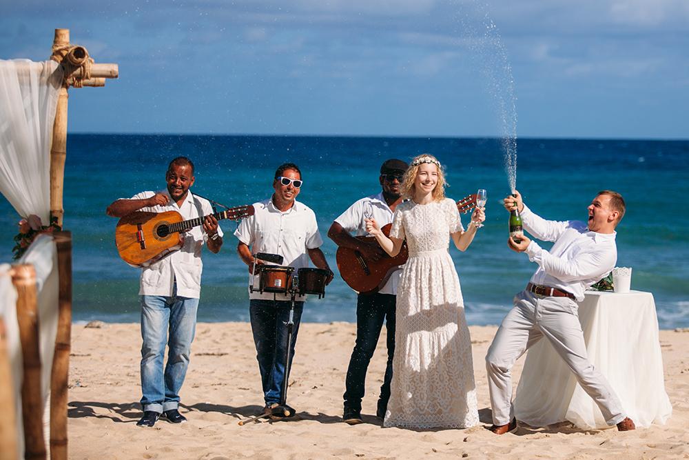 Во время свадьбы на Кубе главное — не расстраиваться из-за пустяков. Лучше наслаждаться таинством церемонии и тем, что рядом любимый человек