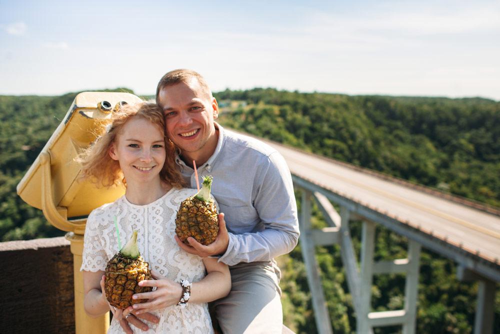 По пути из Варадеро в Гавану мы остановились на мосту Бакунаягуа — там подают отличную «Пина коладу» в ананасе. Нас уверяли, что коктейль здесь и придуман, но это неправда