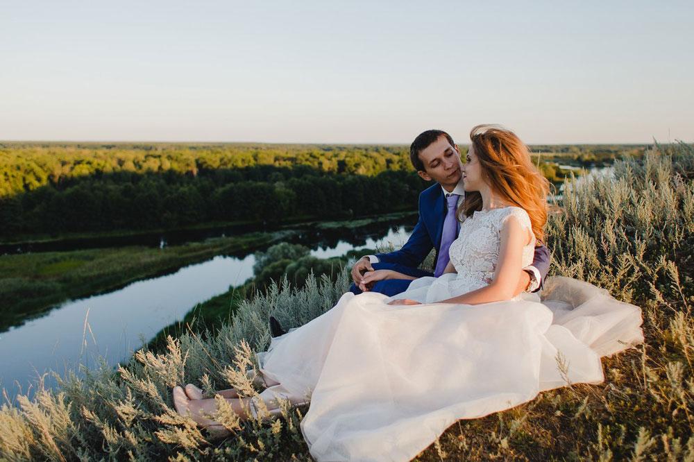 Эта пара решила не фотографировать прогулку в день свадьбы и сделала фотосессию за городом через несколько дней. Сделать красивое фото на природе проще, чем в городе: нет других людей в кадре, паре легче расслабиться, красивый фон
