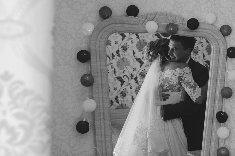 Жених и невеста встретились и собираются в загс. Часто съемки проходят не в красивых загородных коттеджах, а в простых российских квартирах с простой российской мебелью. Все это нужно красиво снимать