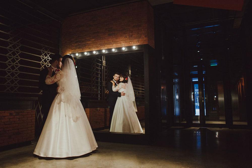 Приглушенные цвета и тени в ресторане — такую фотографию на дешевую камеру снять сложно. Недостаток света — одна из главных проблем при съемке свадеб. Снимать часто приходится в загсах, церквях и ресторанах, где с освещением беда