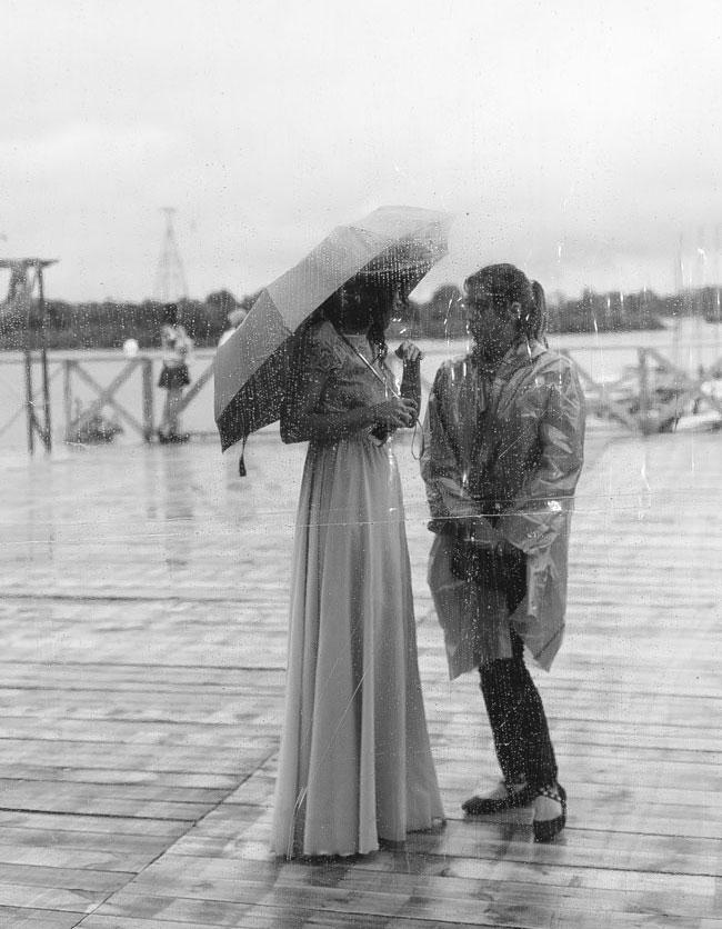 Если пойдет дождь, главное — спасти от него невесту. Фото: Виктория Шевчик