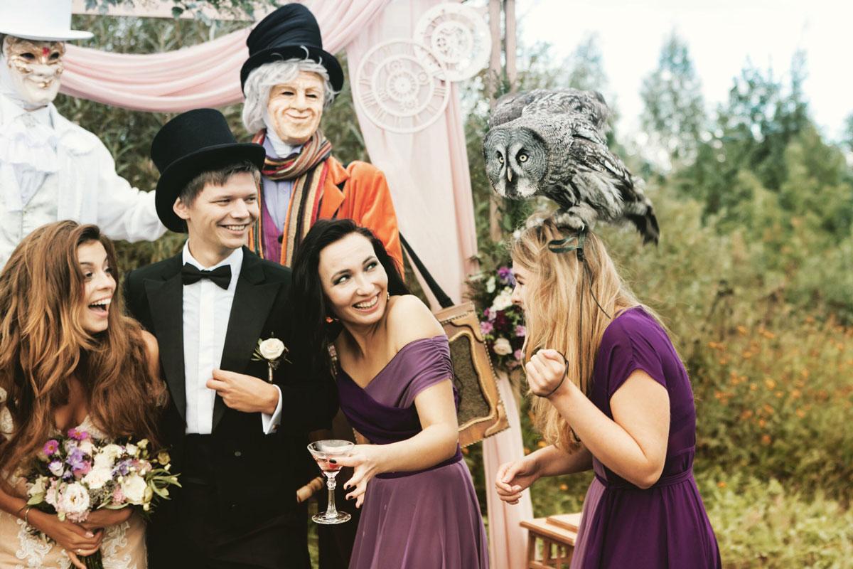 Спасти подружку невесты от нападения совы тоже обязанность свадебного организатора. Фото: Сергей Грибанов