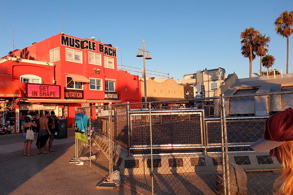 «Масл-Бич» на пляже Венис в Лос-Анджелесе — культовое место длялюбителей фитнеса. Раньше тут тренировался Арнольд Шварценеггер