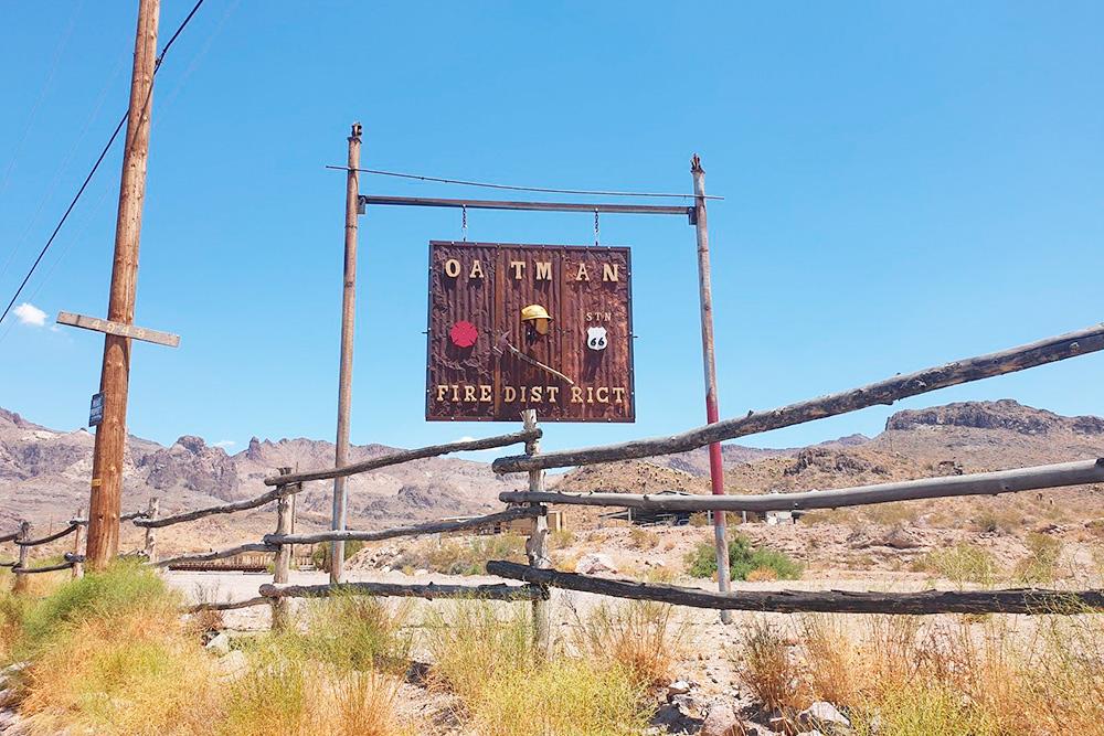 Табличка привъезде в город-призрак Отман. Вокруг гуляют ослы, как и во времена золотой лихорадки