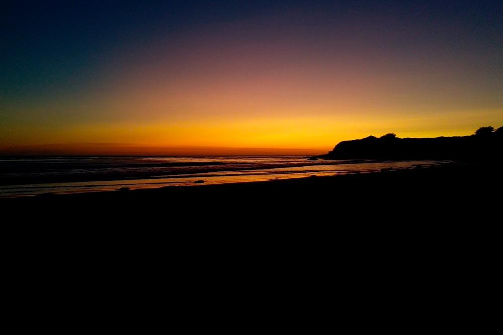 Закат надТихим океаном с пляжа города Сан-Симеон, где мы останавливались на ночлег по пути от Сан-Франциско до Лос-Анджелеса