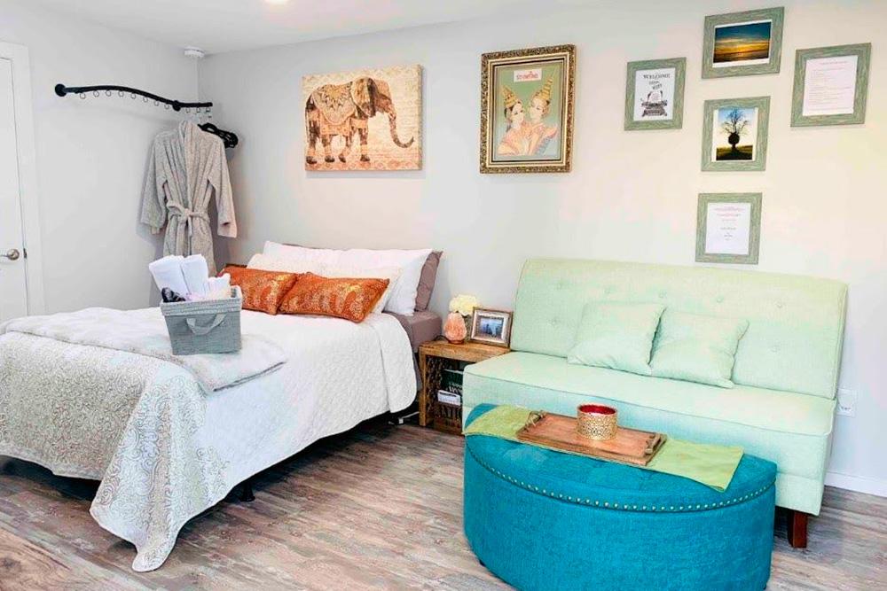 Для гостей приготовлены халаты и одноразовые тапочки. Благодаря таким мелочам от этого домика у нас остались только хорошие воспоминания. Источник: Airbnb.ru