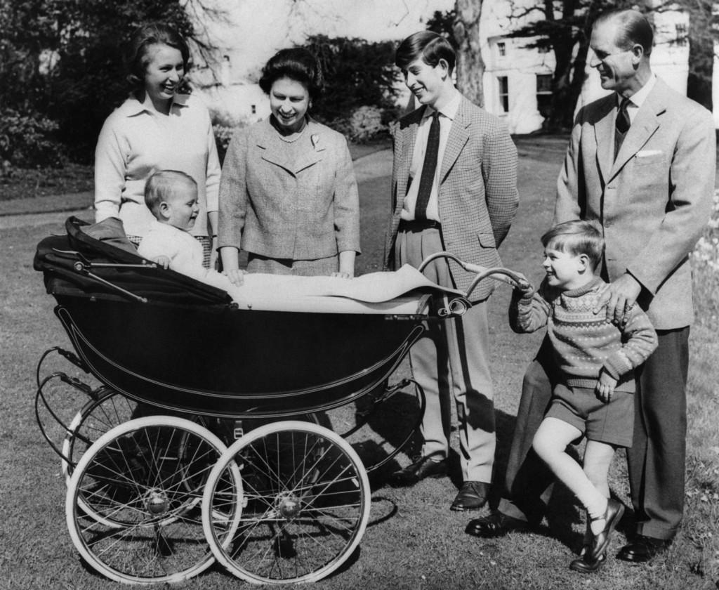 Королева Елизавета II возила принца Эдварда в коляске «Сильвер-кросс»