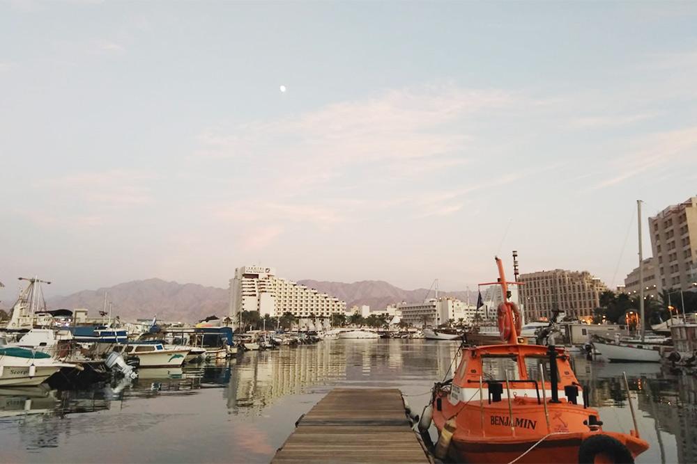 Марина Эйлата, здесь мы учимся управлять яхтой. Марина — это стоянка дляяхт. Фото: Софья Галаневич