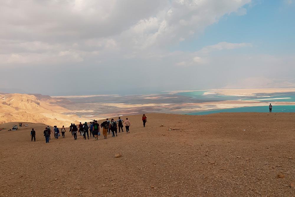 За холмом — Мертвое море. Внем особо непоплаваешь: вода слишком плотная, двигаться вней сложно