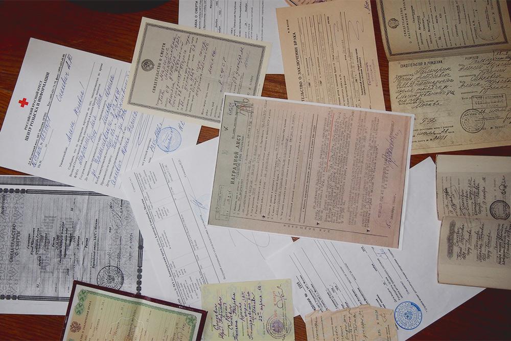 Часть документов, с которыми мы шли кконсулу. Помимо справок иззагса, мы собрали выписки издомовых книг, наградные листы и фрагменты партийного личного дела — словом, все документы, где указывалась национальность родственников