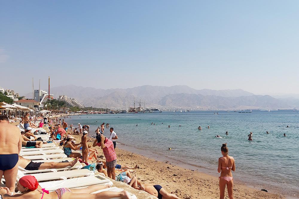 На пляжах Эйлата всегда много отдыхающих. Фото: Гама Малинин