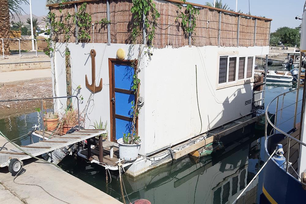 Некоторые люди в Эйлате живут в домах на воде. Не видел, чтобы они выходили в море, но мотор на них есть. Фото: Гама Малинин