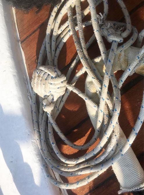 Один из самых сложных морских узлов, которые нам нужно освоить, называется «обезьяний кулак». Его завязывают на конце веревки, чтобы она дальше летела