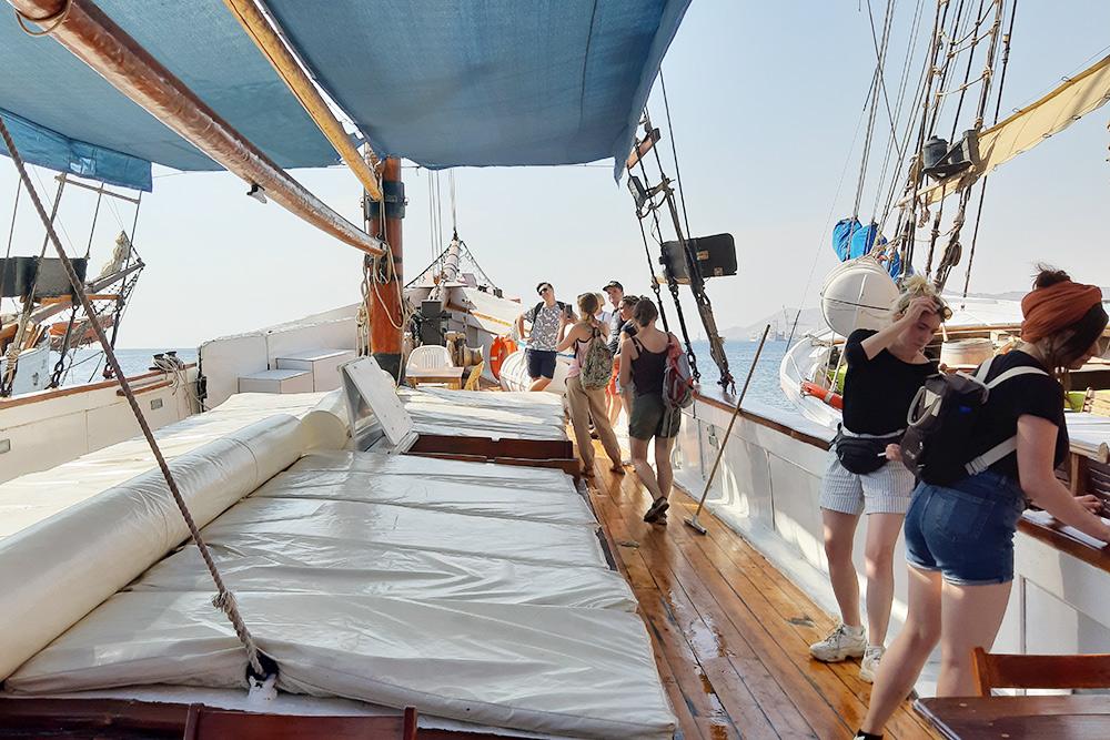 Чтобы выполнить крутой разворот на яхте, нужна слаженная работа экипажа: это одно из самых непростых заданий на шкиперском экзамене