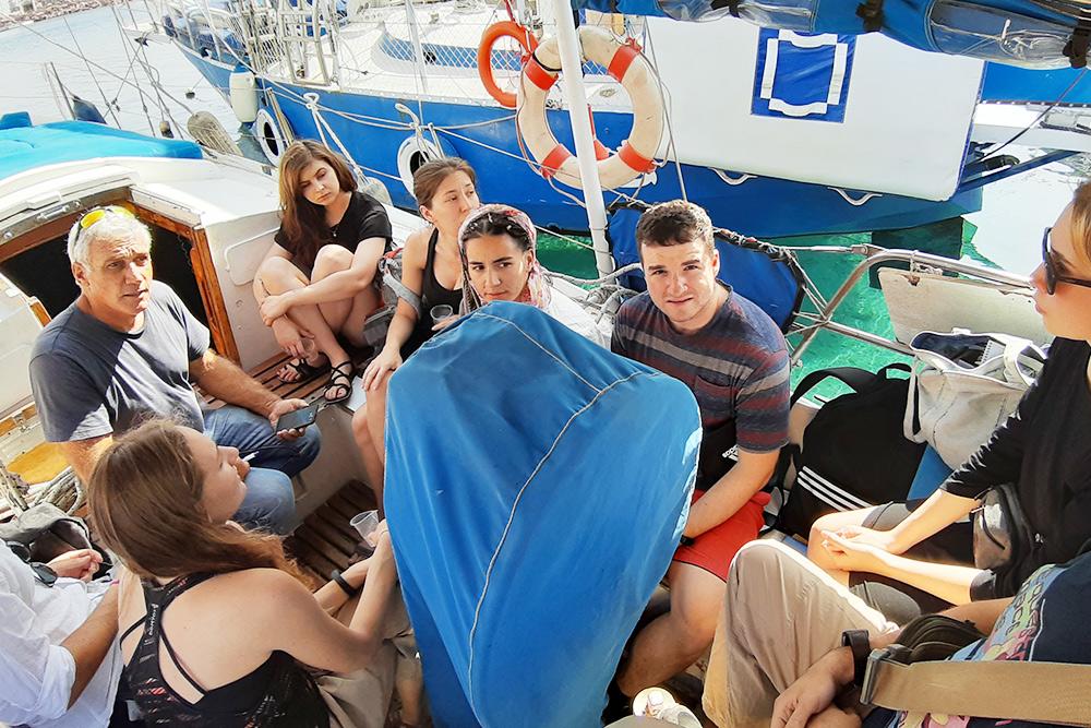 Часто на такой маленькой лодке помещается сразу десяток учеников