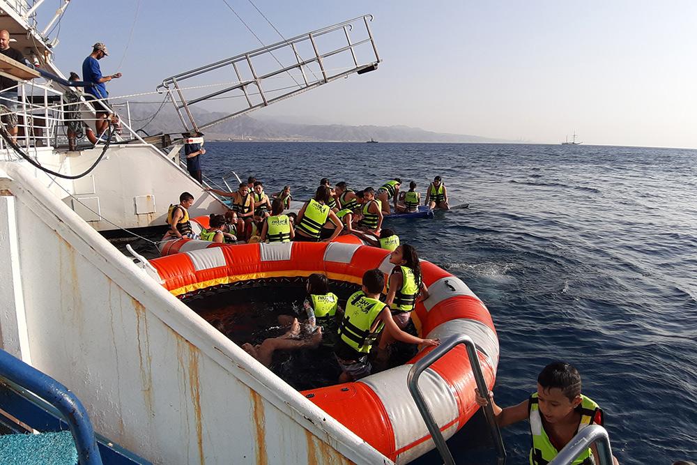 Большинство круизных компаний предлагает туристам искупаться в море скорабля. Дляэкипажа это означает время большой уборки: на палубу натекает соленая вода, которую нужно смыть. Если этого не делать, пол быстро придет в негодность. Фото: Гама Малинин